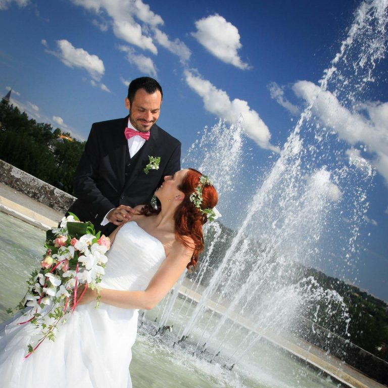 Photo de mariage : photo de couple à la fontaine