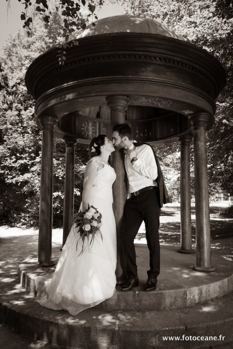 photo de mariage : couple au kiosque