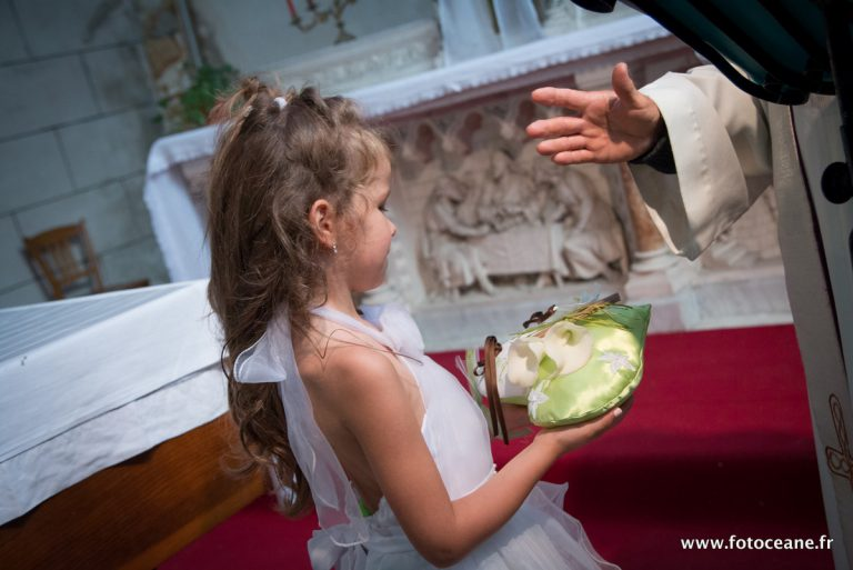 reportage photos de mariage : fillette aux alliances