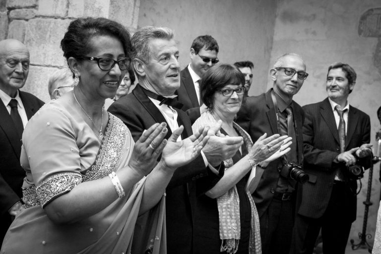 photo de mariage : applaudissement mairie