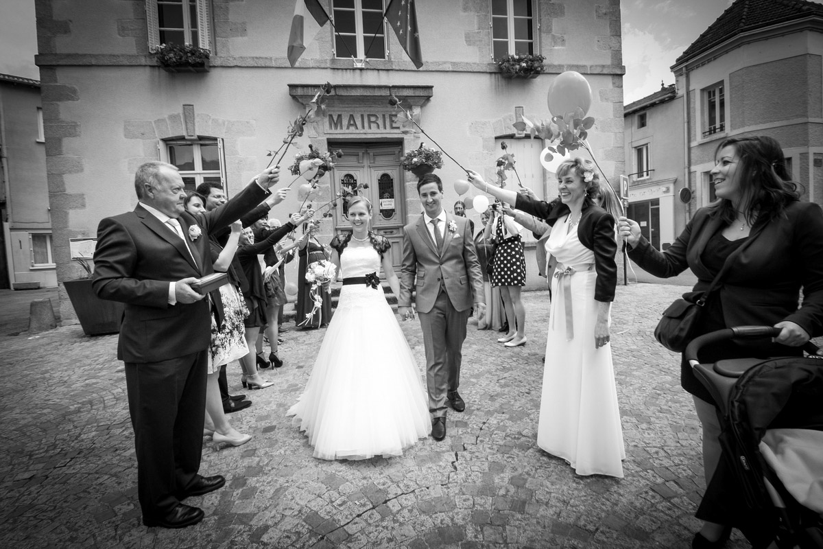 photographe mariage reportage sortie mairie bessines
