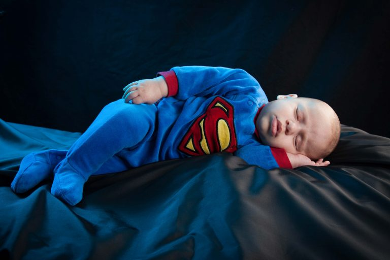 photographe limoges : bébé superman en studio